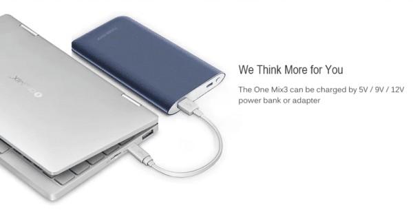 モバイルバッテリーで充電しているOne Netbook One Mix 3